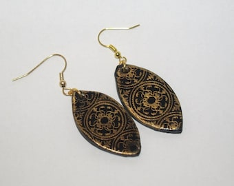 Black and gold earrings from almond shaped lace effect
