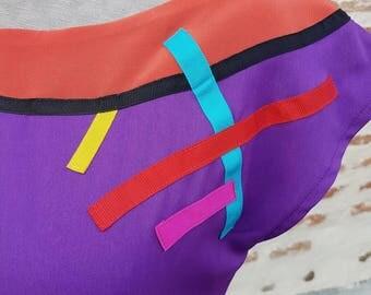 Top in purple crepe and multicolored stripes.