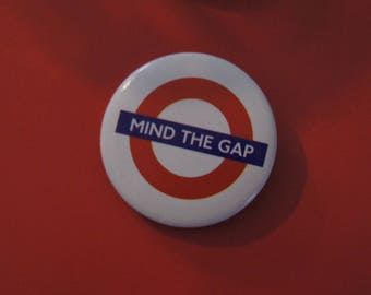 BADGE 2.5 CM LONDON LONDON MIND THE GAP