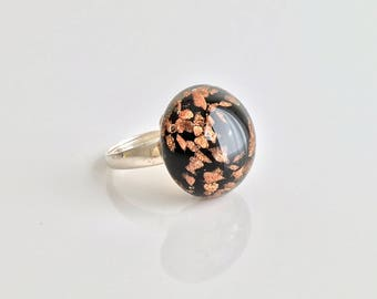 Silver ring and glass glitter. Spun by Rosa Rueda Lampwork Murano glass cabochon