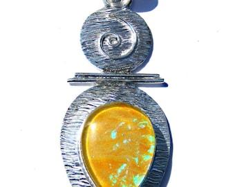 Pendentif plaqué argent et opale jaune verte irisé immitation bijoux perse.