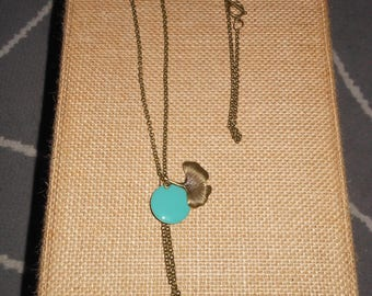 Long necklace in bronze chain and green