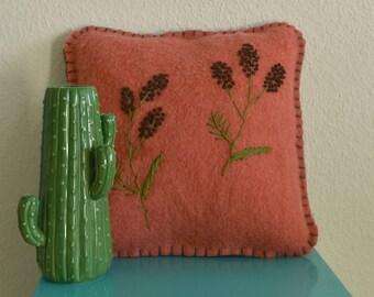 Handgemaakt wollen kussen | 100% wol met botanisch borduursel | Roze/Rood met plantjes