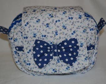 Lovely BEAUTY-CASE, pochette in the shape of a satchel, made of white cotton with a fantasy of blue roses.