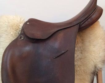 Vintage brown leather horse saddle / retro riding gear / hunting lodge decor / rustic home decor / equestrian