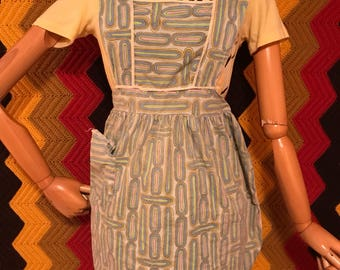 Vintage womans Apron, with pcokets