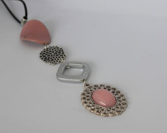 Original vertical necklace in metal and old pink and grey acrylic with old pink cabochon.