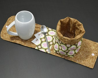 Mug placemat with tea pocket