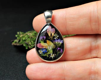 Pendant with real flowers in resin