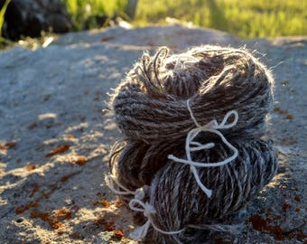 Summeryarn! Handspun Yarn in Wool and Hemp. Natural Shetland Wool, Hemp Fibers, Sparkle. Salt & Pepper Grey Incognito. Handspun Singles. DK