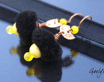 Pompom Girl noir / jaune - boucles d'oreille verre et cuivre, gravure à l'eau forte - Style Bohême - lampwork - bo gaelys