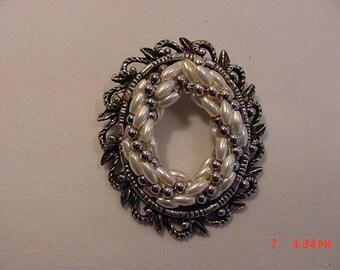 Vintage Faux Pearl Brooch  17 - 775