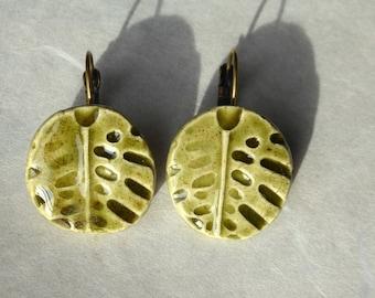 Boucles d'oreilles feuilles kaki céramique