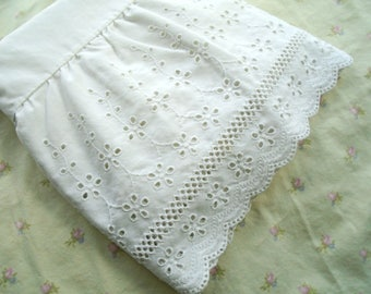 White Eyelet Lace Pillowcase / Fieldcrest Perfection / Fine Combed Percale / White bedding / Victorian / Cottage / Shabby / French Country