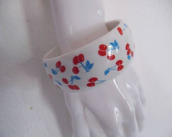 SALE :)) MOD CHERRIES . Cutest Vintage Retro Bracelet Bangle Rare Vintage Plastic Novelty Berry Print