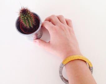 """Bracelet en Béton / Concrète Aurore """"Circle 2"""", Forme Ronde, Ciment Moulé, Fait Main, Couleur Grise Jaune Safran et Textures"""