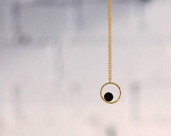 Collier GALLICA RING noir, anneau confetti cuir asymétrique, or fin.