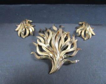 Vintage Crown Trifari Brooch Set Clip on Earrings