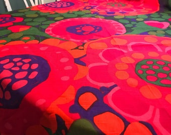 60s swedish vintage tablecloth floral print Saini Salonen retro fabric flower power Ekerö Boras Cotton Sweden. Purple red pink