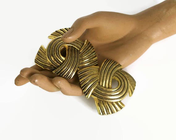 Large double belt buckle in gold tone metal, 2 pieces shaped like bows, textured metal, 5 inches / 12.5 cm wide, vintage, 1970s