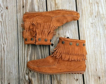 Womens fringe boots, minnetonka vintage suede fringe zip up moccasin boots, womens size 7.5