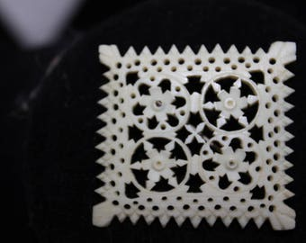 Gorgeous cellulite carved brooch - Very old!