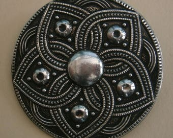 D169) A lovely vintage silver tone metal abstract Celtic flower circular brooch scarf clip