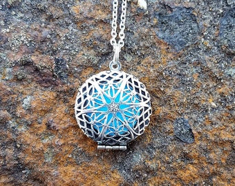 Diffuser Necklace Essential Oil Diffuser Necklace Aromatherapy Locket with Chain Round Filigree Locket