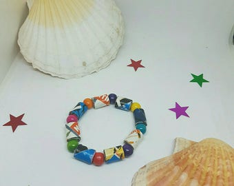 Elastic bracelet made of paper beads and wooden beads