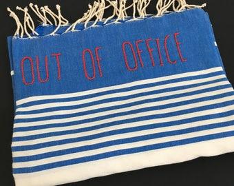 "Fouta bleu brodé ""Out Of Office"""