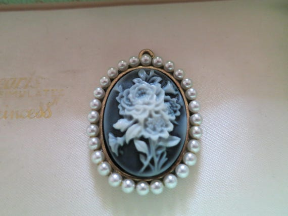 Lovely vintage 1960s resin cameo rose pendant with seed pearls
