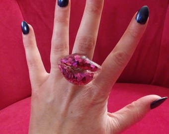 Lip shaped statement ring. Resin & full of glitter.  Adjustable to any size.
