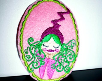 "Fusible embroidered oval patch ""Miss Fifi"""