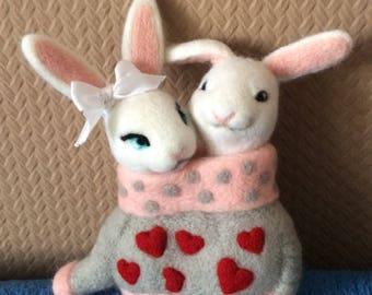 Enamored bunnies.( Влюбленные зайчики. Сухое валяние. 14 см.)