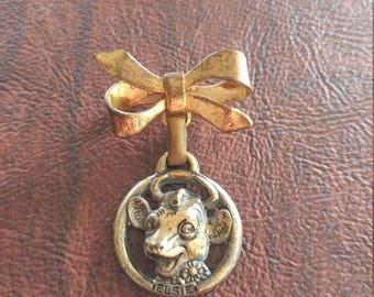 Vintage Borden's Elsie the Cow Dairy Milk Figural Brooch/Pin, Borden's Mascot Elsie Charm Dangles From Bow/Ribbon Pin