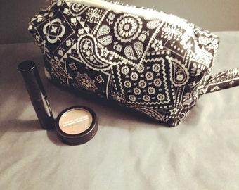 Cotton boxy bandanna zip-up pouch