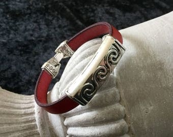 Mixed red leather with a past ethnic leather bracelet