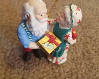 1992 Hallmark Keepsake Ornament Gift Exchange Mr. and Mrs. Claus #7 QX4294