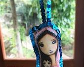 Jeune vierge à l'enfant - coussin Mini Art Original avec la décoration de sapin de Noël paillettes - par FLOR LARIOS