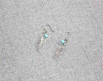 Boucle d'oreille, bijoux fantaisie, cadeau pour elle, turquoise, longue, plume. feather, fait au quebec, etsyquebec, nica nica bijoux, mince