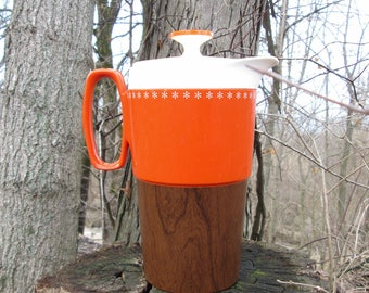 Wood Hue Thermoware Orange Plastic Drink Pitcher with Lid Vintage Starburst Trim Wood Grain Look Bottom New-Mar Inc. Chicago Illinois