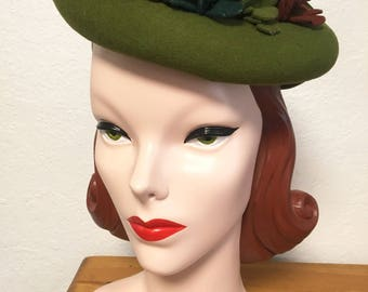 1940s Hunter Green Felt Tilt Hat with Felt Flowers and Grosgrain Bow