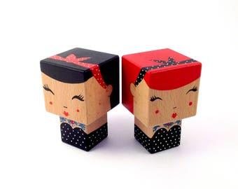 """Figurine Kokeshi cubique """"Pin-Up"""" tatouée style rétro robe bustier à pois + Bandeau cheveux - Peinte à la main"""
