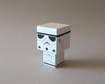 """Figurine cubique en bois décorative """"stormtrooper""""- peinte à la main (taille S)"""