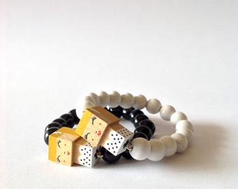 """Bracelet figurine cubique """"Pin-up blonde robe bustier"""" perles bois laquées noires ou blanches"""