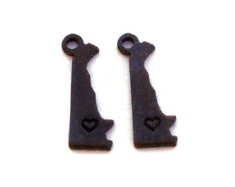 2x Antique Brass / Brown Patina Delaware State Charms w/ Hearts - M073/H/AB-DE