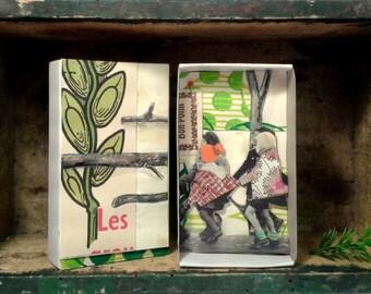 Art box:petit diorama réalisé dans une boîte d'allumette. Écoliers en promenade.