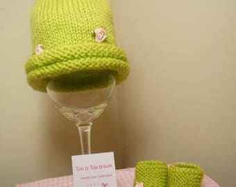 knit/crochet baby roll brim hat with rosebuds and booties