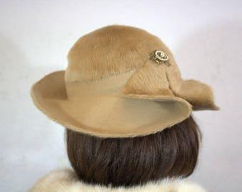 """1940's """"Saks Fifth Avenue"""" Women's Tan Fur Felt Hat with Brooch"""