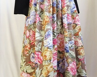 soft floral maxi skirt. size small medium.